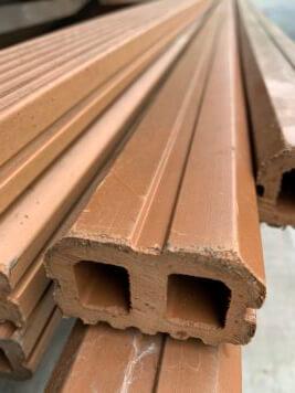 restpartij 09: Onderbalken • composiet • bruin • holkamer • 5x3x400 cm • 8 stuks