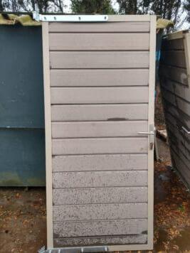 Showtuin gebruikte deur vergrijsd bruin met rvs beslag en slot  • stalen frame inclusief scharnieren • met stapelplanken • 90×200 cm