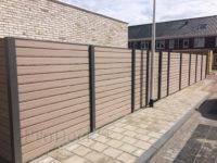 composiet-schutting-stapelplank-vergrijsd-bruin-antraciet-aluminium-palen-frame-deur