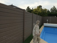 composiet-schutting-stapelplank-vergrijsd-bruin-houtnerf-zwembad-met-beeld
