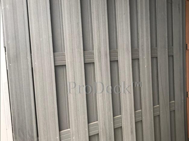 WPC schutting • composiet • antraciet • 4 antracieten composieten dwarsbalken • 180×180 cm gebruikt en stoffig • met 1 extra plank erop geschroefd
