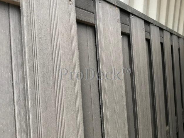 WPC schutting • composiet • antraciet • 4 antracieten composieten dwarsbalken • 180×180 cm • gebruikt • met U-profiel aan bovenzijde